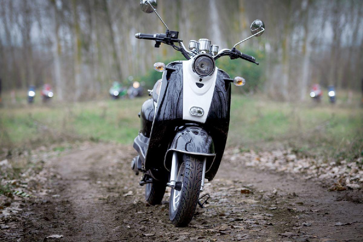 Moto eléctrica en alquiler_RAN9074
